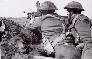 Soldados Británicos de la 56 División de Infantería, sostienen el frente de Anzio, en Marzo de 1944