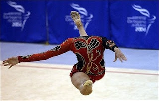 headless gymnast optical illusion