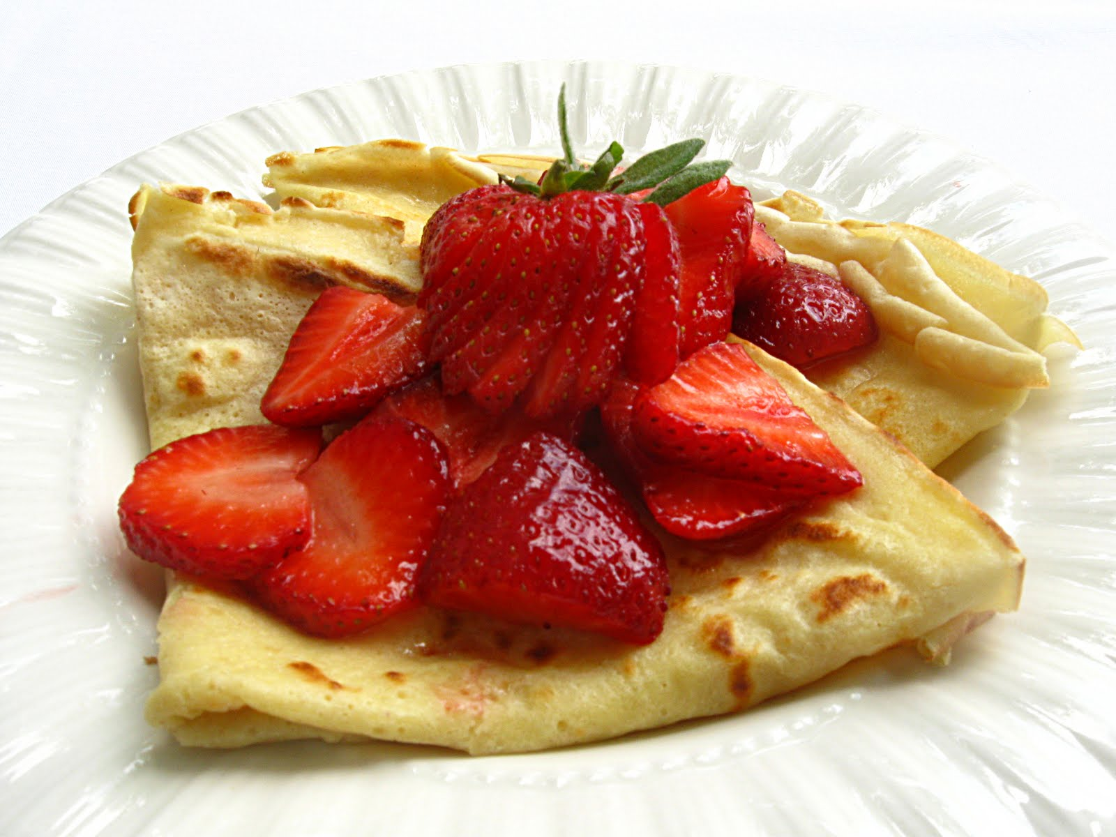 All That Splatters: Saturday Blog Showcase #17 - Strawberry Crepes