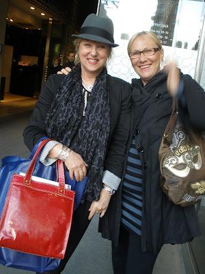 Ulla och Lisett jobbar i TOUS-butiken på Stureplan. Nu är dom lediga och  tar sig en shoppingrunda i city. Dom är så snygga så jag var tvungen att ta  den här ... d797e301da81b