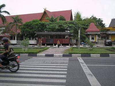 Zebra cross di depan taman rekreasi kaca mayang pekanbaru