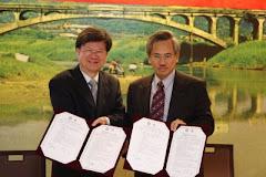 政大校長吳思華、臺北醫學大學校長邱文達(右)於簽約儀式合影。