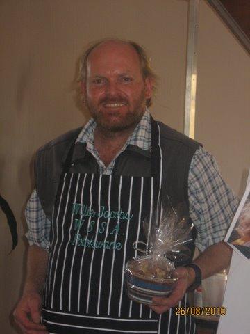 Willie ontvang 'n voorskoot en eetgoed van die WSSA Polokwane