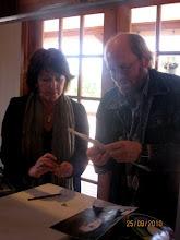 Willie Jacobs en een van ons ervare kunstenaars, Elsa van der Merwe