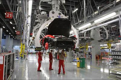 inside ferrari plant 31 Proses Pembuatan Sebuah Mobil Ferrari