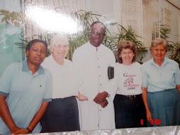 Primeiras Irmãs Paulinas em Angola com Dom Zacarias em 1999