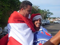 Paulo Carneiro e Binha abraçados com bandeira do Bahia