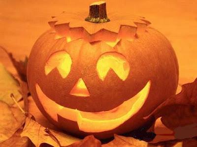 La parola halloween in lettere in legno riflessa su uno sfondo