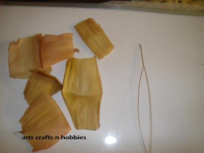 Розы - цветы из листьев кукурузы, поделки из природных материалов.