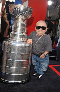 Verne Troyer dwarfed by Stanley Cup - Photo by Lester Cohen © WireImage.com 11 June 2008