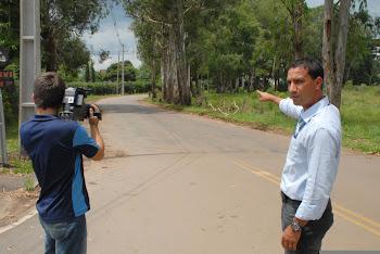 repórter Régis Santos nas ruas do bairro