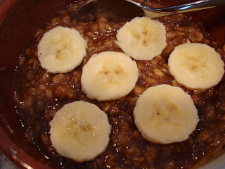 Chocolate Peanut Butter Banana Oats topped with sliced bananas