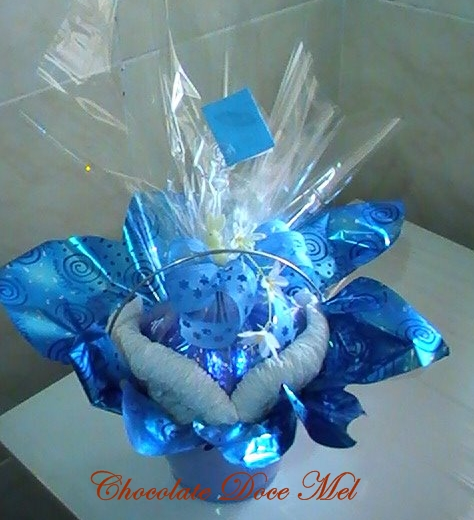 Cesta decorada de azul com um ovo no formato de coração