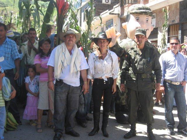 ALCALDE MUNICIPAL Y LA GESTORA SOCIAL