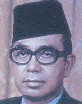 tun abdul razak bin datuk hussein Tun abdul razak datuk hussein (24 jan 1971 – 14 jan 1976) perdana menteri malaysia kedua biografi tun abdul razak bin datuk hussein yang juga dikenali sebagai 'bapa pembangunan' telah dilahirkan pada 11 mac 1922 di pulau keladi, pekan, pahang.