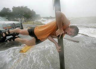 [Tommy+Scarborough+segura-se+em+poste+para+resistir+aos+fortes+ventos+de+Ike,+neste+sábado+(13),+em+Bacliff..jpg]