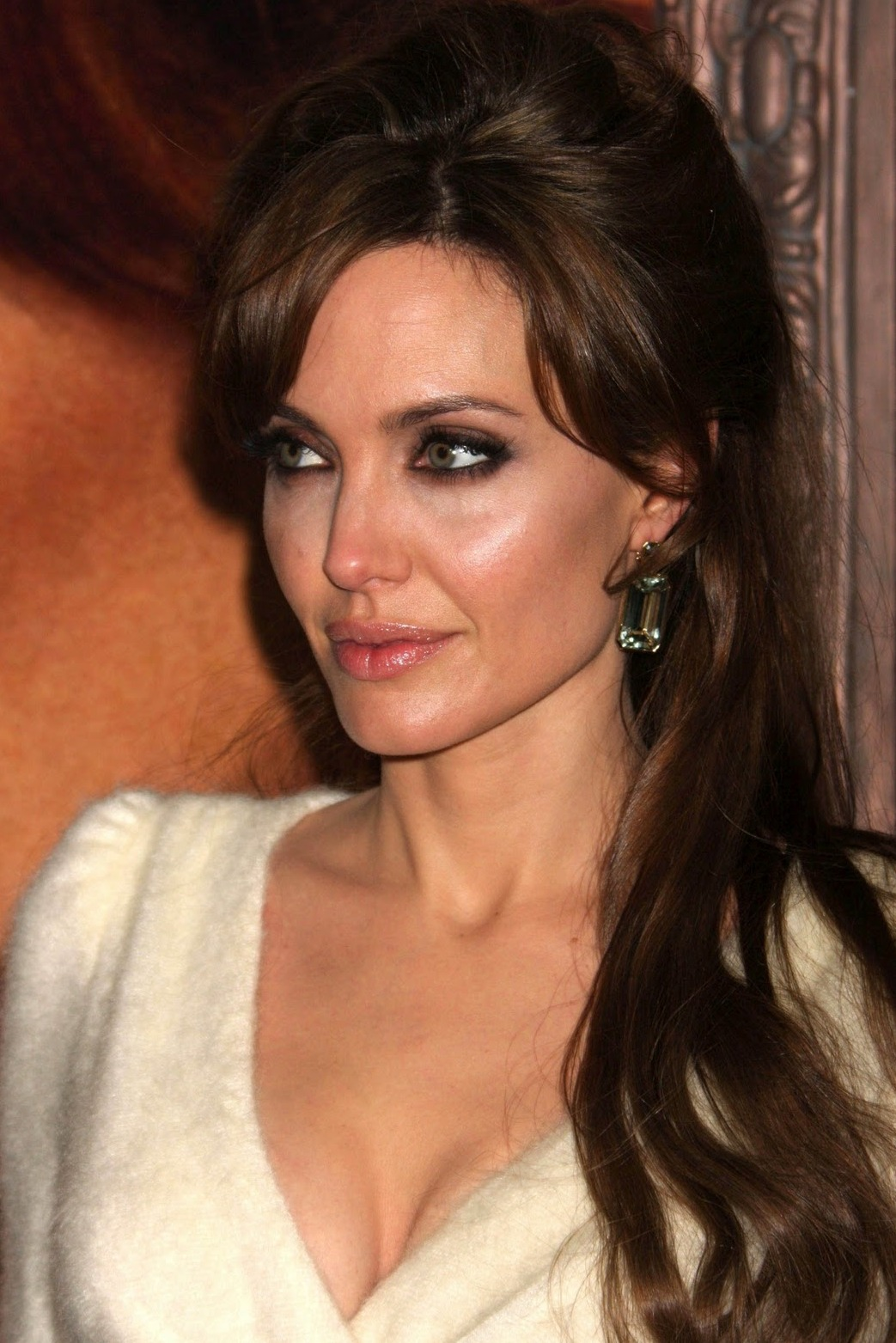 http://2.bp.blogspot.com/_LVSBSw6oemI/TTqEib24X-I/AAAAAAAAD2c/7Wch9B1XpeA/s1600/Angelina_Jolie_Latest_Cool_00.jpg