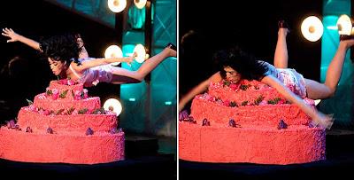 Katy Perry se lanza sobre una torta gigante