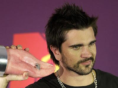 Juanes y uno de sus premios MTV