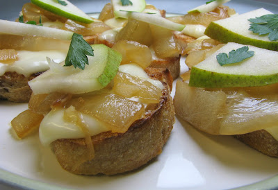 Crostini with Gorgonzola or Brie, Caramelized Onions and Pear | For ...