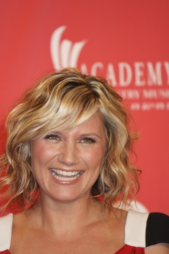 wavy hair for summer 2010: Meg Ryan's short wavy hairstyle has become very