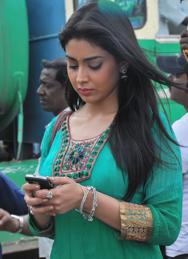 Shriya Saran in Green Kurta on Rowthiram Movie Location
