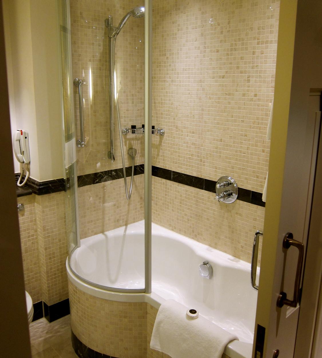 Badrum med badkar och dusch ~ xellen.com