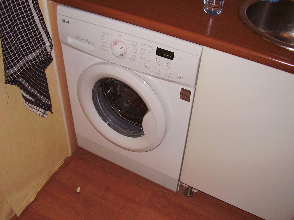 Verbouwing Venuslaan: Aansluiten wasmachine & poetsen keuken