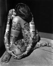 Mujer musical, notas desnudas