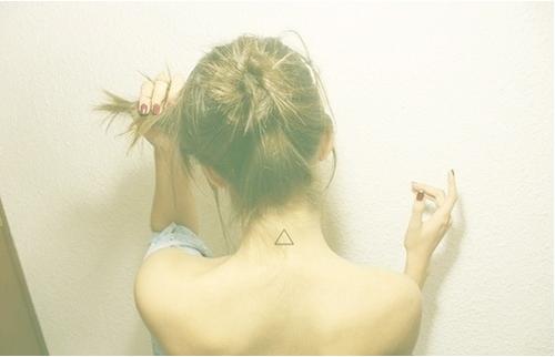 Тату на шеи треугольники