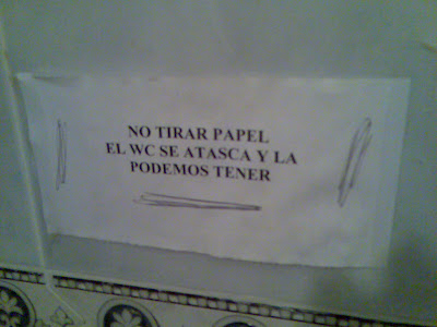 No tirar papel. El WC se atasca y la podemos tener.