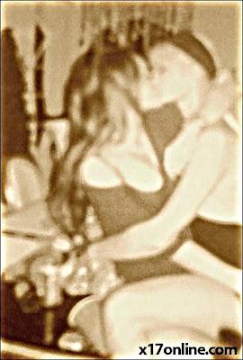 Lindsay Lohan cium Paris Hilton