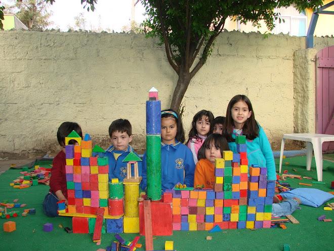 En la creacion de un castillo se unen los niños