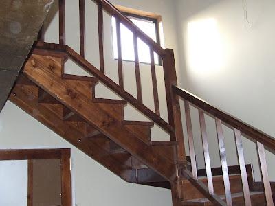 Escaleras de madera escaleras cerradas con contrahuella for Contrahuella escalera