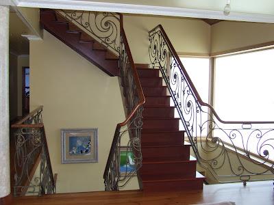 Escaleras de madera armonia entre madera y metal for Soluciones para escaleras
