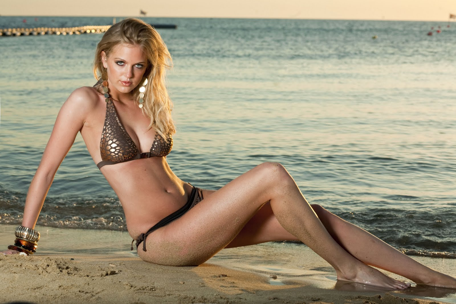 http://2.bp.blogspot.com/_MCy6UZ3NI5M/TIItaOcxeiI/AAAAAAAA1D0/LirbeTaAS0U/s1600/43020-katharine-jenkins-bikini-photo-shoot-may-200.jpg