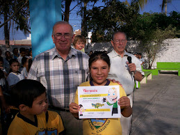 DIANA PAOLA RECIBE DIPLOMA