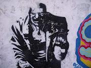 Pero con esos graffitis detrás