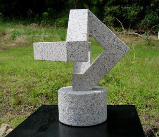 万成石の抽象彫刻 Guide post 岐路