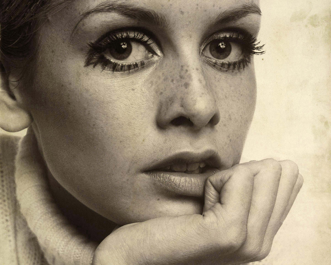 Was Twiggy a fashion icon  Iconic Fashion Images