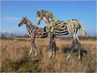 dois cavalos de madeira