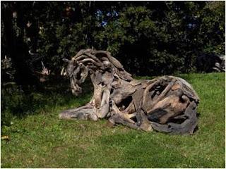 cavalo de madeira deitado