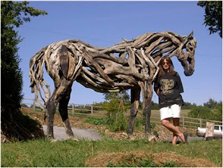 Heather Jansch encostada a cavalo