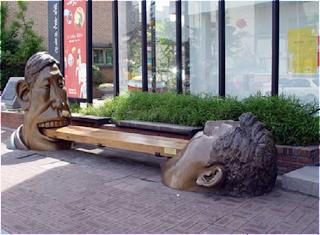 Escultura de um banco na Coreia do Sul