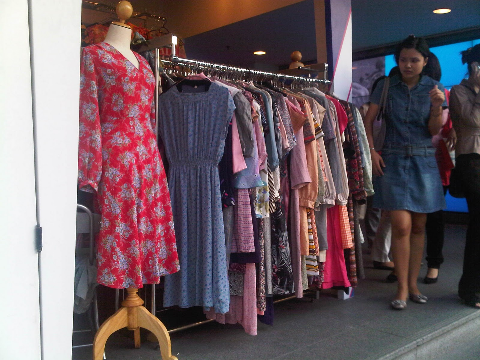 Siam Style Insider: Vintage Dresses @ Sukhumvit MRT Station