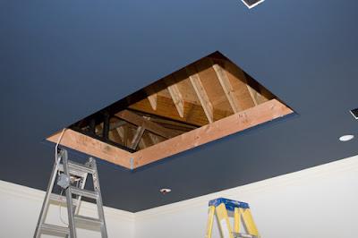 madre instala tv gigante en el techo