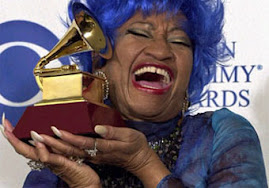 CELIA CRUZ CON UNO DE LOS PREMIOS GRAMMY QUE RECIBIERA