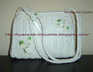 vyazanaya-belaya-sumka-iz-atlasnyh-lent