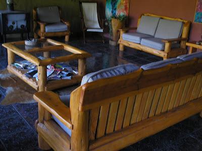 Muebles artesanales sillones rusticos en madera cipres for Sillones rusticos para living
