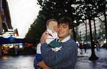 Antonio Iovine con il figlio sulla famosa champ elisee